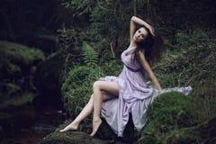 gullig naturlandskapkvinna Royaltyfri Bild