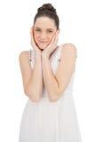 Gullig naturlig modell i vitt posera för klänning Arkivfoton