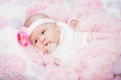 Gullig nyfödd flicka Arkivfoton