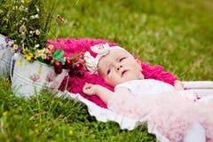 Gullig nyfödd flicka Arkivbild