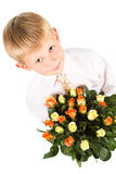 Gullig pojke 5-7 år gammala holdingro Arkivbild