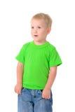 Gullig pojke i grön skjorta fotografering för bildbyråer