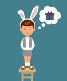 Gullig pojke i kanindräkten som deklameras dikter som drömmer om en gåva Arkivfoto