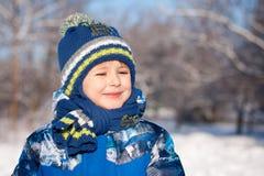 Gullig pojke i snowsuit Royaltyfri Foto