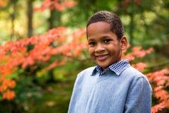 Gullig pojke i trädgård arkivfoto