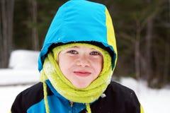 Gullig pojke i vinterkugghjul Royaltyfri Bild