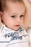 gullig pojke little som ligger Arkivbild