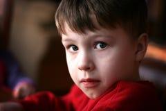 gullig pojke little som är allvarlig Royaltyfri Fotografi