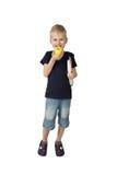 Gullig pojke med äpplet och böcker arkivfoton