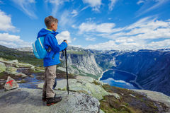 Gullig pojke med att fotvandra utrustning i bergen Royaltyfri Bild