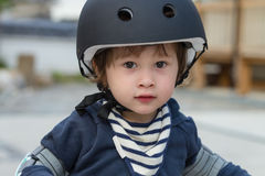 Gullig pojke med cykelhjälmen Arkivfoton