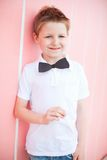 Gullig pojke med flugadeltagaretillbehören Royaltyfria Foton