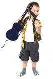 Gullig pojke med gitarren Arkivfoton