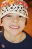 Gullig pojke med sporthatten Royaltyfri Bild