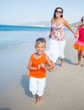 Gullig pojke med systern och modern på stranden Fotografering för Bildbyråer