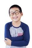 Gullig pojke med tillfällig kläder och exponeringsglas Arkivbild