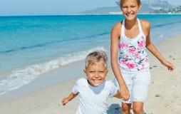 Gullig pojke och flicka på stranden Royaltyfria Bilder