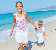 Gullig pojke och flicka på stranden Arkivbilder