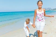 Gullig pojke och flicka på stranden Arkivfoton