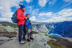 Gullig pojke och hans moder med att fotvandra utrustning i bergen Arkivbilder