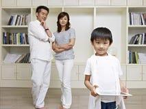 Gullig pojke och stolta föräldrar Arkivfoto