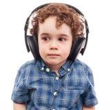 Gullig pojke på modern teknologi Arkivbilder