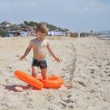 Gullig pojke på stranden royaltyfri bild