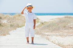 Gullig pojke på stranden Royaltyfria Bilder