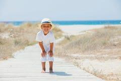 Gullig pojke på stranden Arkivfoto