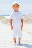 Gullig pojke på stranden Arkivbild