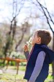 Gullig pojke som är utomhus- på en vårtid Arkivfoton