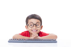 Gullig pojke som använder ett tangentbord Fotografering för Bildbyråer
