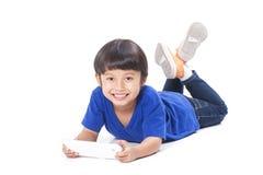 Gullig pojke som använder minnestavlan Fotografering för Bildbyråer