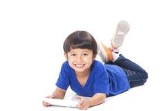 Gullig pojke som använder minnestavlan Royaltyfri Fotografi