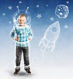 Gullig pojke som en liten astronaut Arkivfoto
