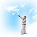 Gullig pojke som fångar moln Arkivfoton