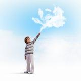 Gullig pojke som fångar moln Royaltyfri Foto