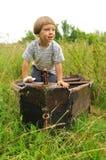 Gullig pojke som leker i ett fartyg royaltyfri foto
