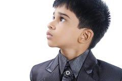 Gullig pojke som ser upp Royaltyfri Bild