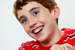 Gullig pojke som skrattar och lutar fotografering för bildbyråer