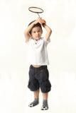 Gullig pojke som spelar batminton Arkivbild