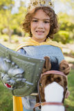 Gullig pojke som står och låtsar för att vara en riddare Royaltyfria Foton