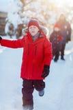 Gullig pojke utomhus på vinter Arkivfoton