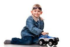 gullig pojkebil little som leker Royaltyfri Fotografi