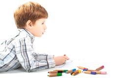 Gullig pojkemålning på en vitbok arkivfoto