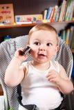 gullig pojkemobiltelefon Royaltyfri Fotografi
