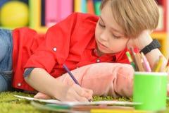 Gullig pojketeckning med blyertspennor Royaltyfri Bild