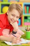 Gullig pojketeckning med blyertspennor Royaltyfria Bilder