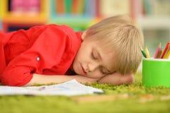 Gullig pojketeckning med blyertspennor Royaltyfri Fotografi