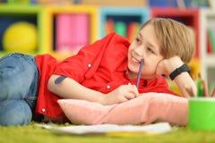 Gullig pojketeckning med blyertspennor Royaltyfria Foton